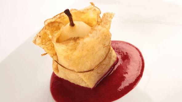 Postre margaritas de peras sobre salsa de fresas